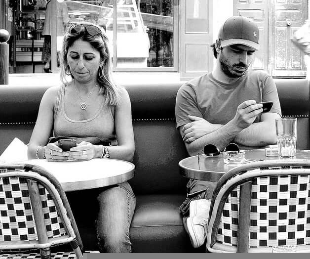 couple-on-phone